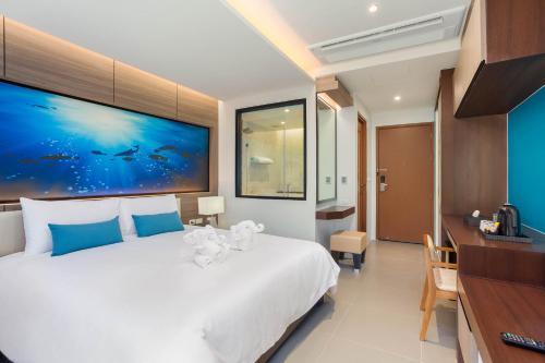Letto o letti in una camera di The Marina Phuket Hotel