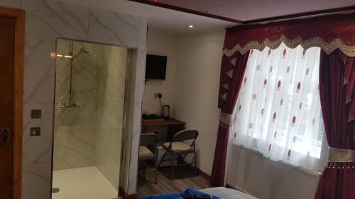 A bathroom at Fountain Hotel
