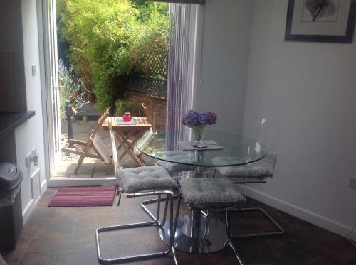 Oakleigh 1 bed garden view apartment