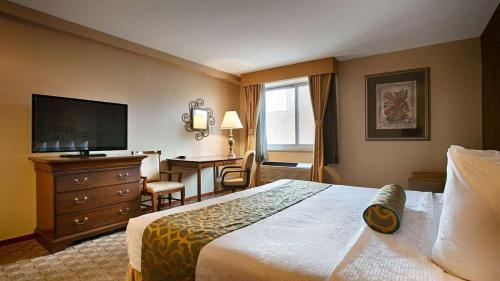 A bed or beds in a room at Best Western Queens Court