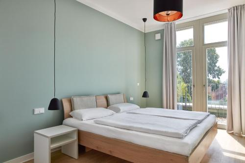 A bed or beds in a room at Park Penthouses Insel Eiswerder