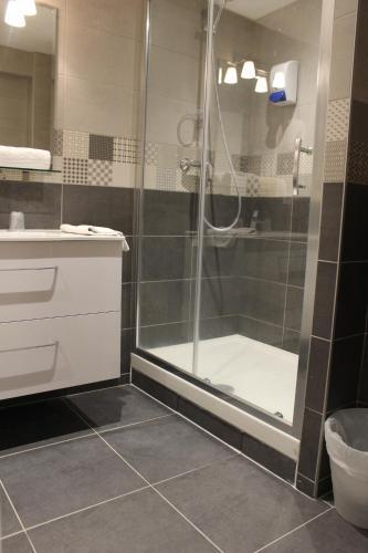 A bathroom at Hotel le Sherpa