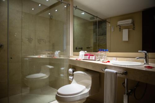 A bathroom at Best Western Plus 93 Park Hotel