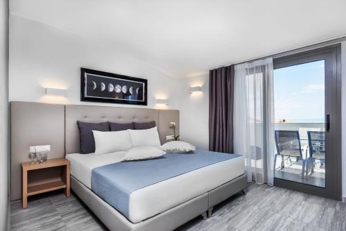 Ένα ή περισσότερα κρεβάτια σε δωμάτιο στο Nymphes Deluxe Accommodation