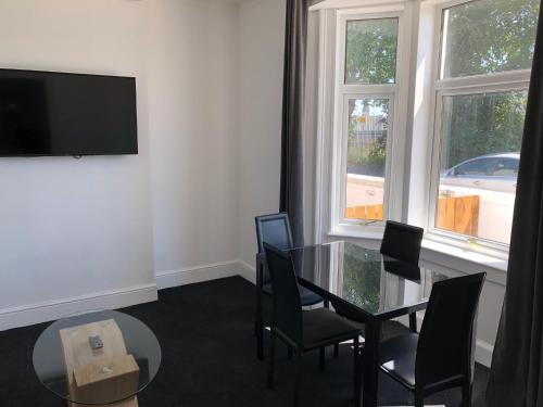 A television and/or entertainment center at Glasgow Airport Holiday Home