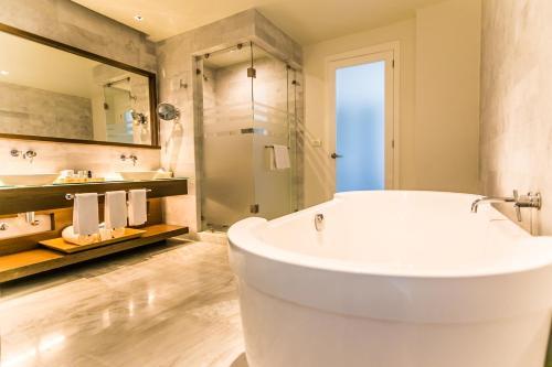 A bathroom at Palacio Mundo Imperial All inclusive hotel
