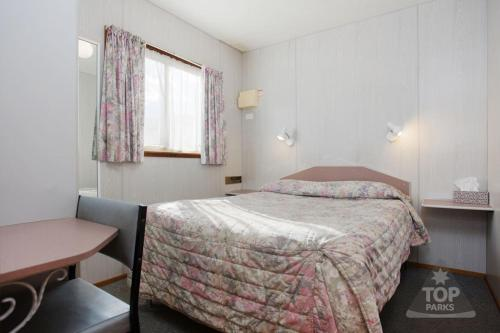 A bed or beds in a room at Wimmera Lakes Caravan Resort