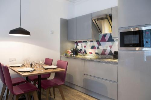 A kitchen or kitchenette at Cityroomz Edinburgh