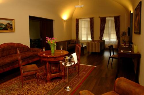 A seating area at Hotel Zlaty Dukat