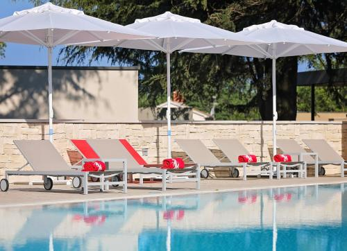The swimming pool at or near Villas Park Plava Laguna