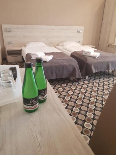 Łóżko lub łóżka w pokoju w obiekcie Marina Mielno z widokiem na jezioro