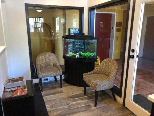 A seating area at Pacific Inn Santa Cruz