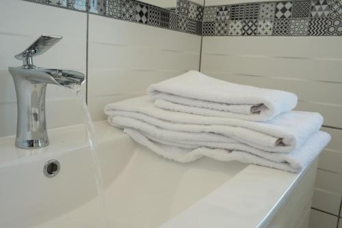 A bathroom at Appart Hotel de la Souleuvre