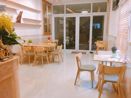 A restaurant or other place to eat at Tomorrow Hostel Vũng Tàu