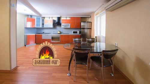 Кухня или мини-кухня в City Center Apartment Чкалова 59