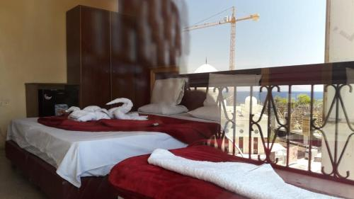 A bed or beds in a room at Al Shula Hotel