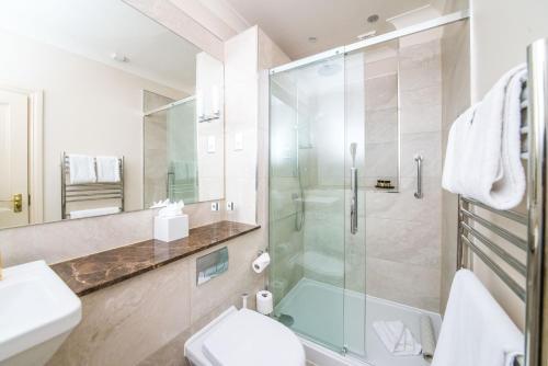 A bathroom at The Ayrlington