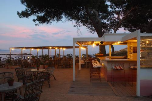 A restaurant or other place to eat at Hostal Spa Empúries
