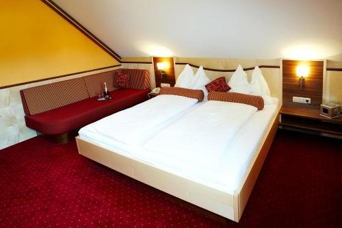 A bed or beds in a room at Hotel Garni Thermenglück