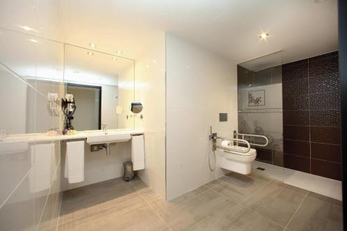 A bathroom at Hotel Cardenal