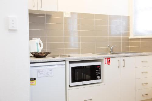 A kitchen or kitchenette at Apartments on Morrow