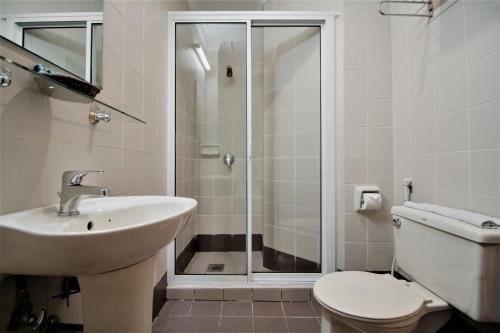 A bathroom at Traders Inn