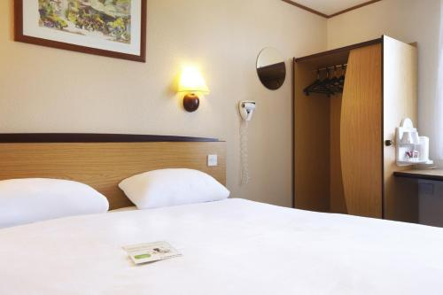 A bed or beds in a room at Campanile Hotel Cardiff