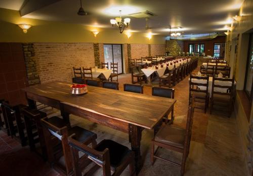 Un restaurante o sitio para comer en Maruni Sanctuary Lodge by KGH Group