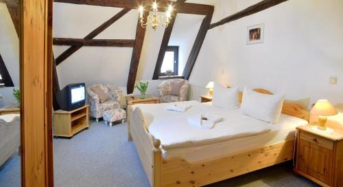Ein Bett oder Betten in einem Zimmer der Unterkunft Grünes Tor