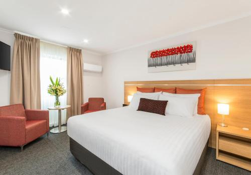 A bed or beds in a room at Adelaide Royal Coach