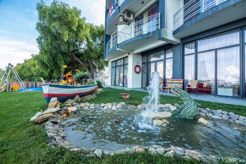 O grădină în afara Hotel Vis