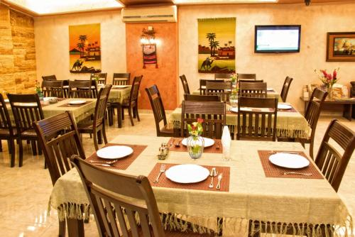A restaurant or other place to eat at Jardaneh Hotel