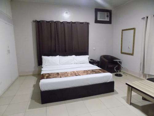 A bed or beds in a room at Posh Apartments Metro