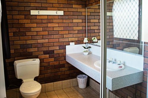 A bathroom at The Gallery Motor Inn
