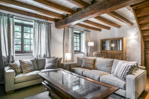 A seating area at Pleta Baqueira Luxe by FeelFree Rentals