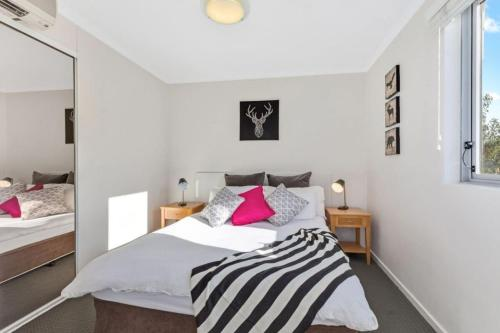 A bed or beds in a room at Bright Central Pad with Rooftop Pool, Gym & Parking