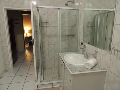A bathroom at Hullabaloo selfcatering sleepover