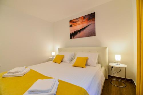 A bed or beds in a room at Sunset Gold