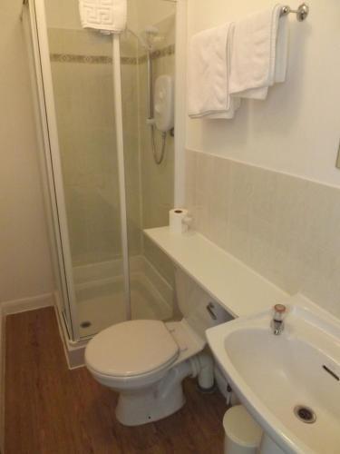 A bathroom at Ashleigh House