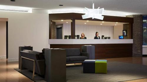 The lobby or reception area at Delta Hotels by Marriott Quebec