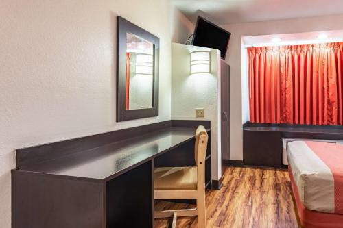 A television and/or entertainment centre at Motel 6 Chattanooga Downtown