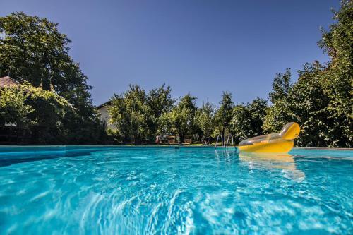 Der Swimmingpool an oder in der Nähe von Gasthof Wastl