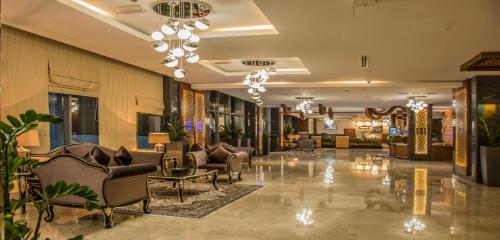 The lobby or reception area at Golden Tulip Headington