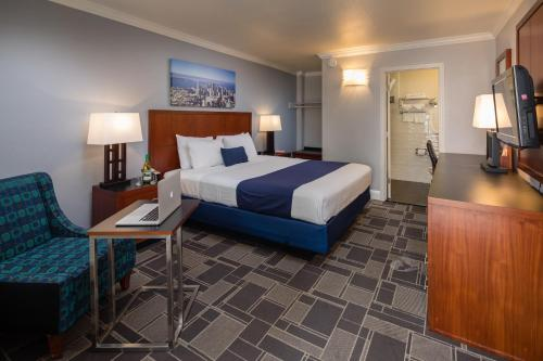 A bed or beds in a room at Bay Bridge Inn San Francisco