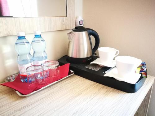 Zestaw do parzenia kawy i herbaty w obiekcie Ośrodek Wczasowy Paradise