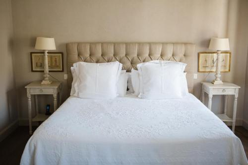 A bed or beds in a room at La Maison du Village