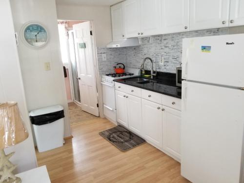 A kitchen or kitchenette at Oceanside Condos
