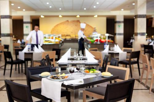 A restaurant or other place to eat at Hotel Best Jacaranda