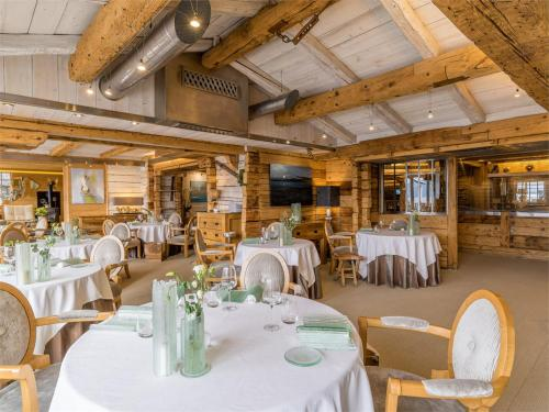 A restaurant or other place to eat at Hôtel Restaurant Yoann CONTE Bord du Lac