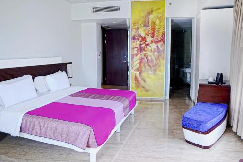 سرير أو أسرّة في غرفة في فندق سنسا باندونق